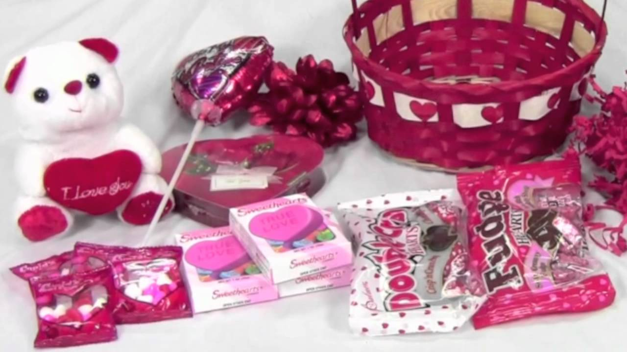 How to make a simple Valentines basket with candy and decorations ...