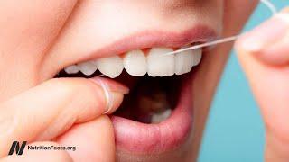 Měli byste používat zubní nit před čištěním zubů, nebo až po něm?