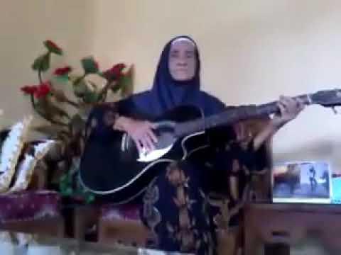 Nenek bermain gitar 🎸 yang berjudul sayang apa kabar denganmu