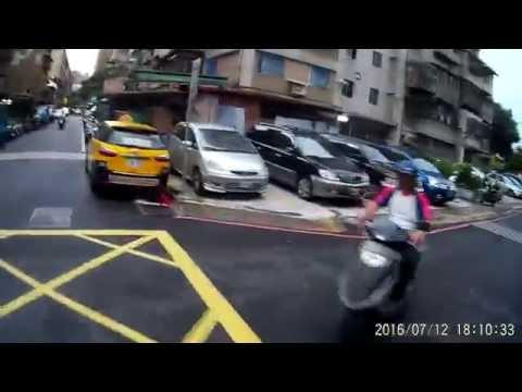 07 12 巷弄交叉路口四向同時來車很容易發生事故