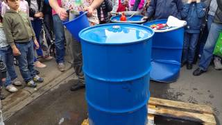 Как распоющить бочку с помощью холодной воды(До этого в бочку залили несколько литров воды и поставили на огонь. Вода закипела и вытяснила воздух. Бочку,..., 2015-05-29T18:45:02.000Z)