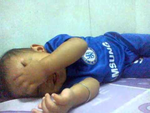 Video bayi lucu tidur sambil ketawa