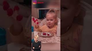 Дочь Леры Кудрявцевой даже кушает забавно. Девочка придумала из малинок лак для ногтей