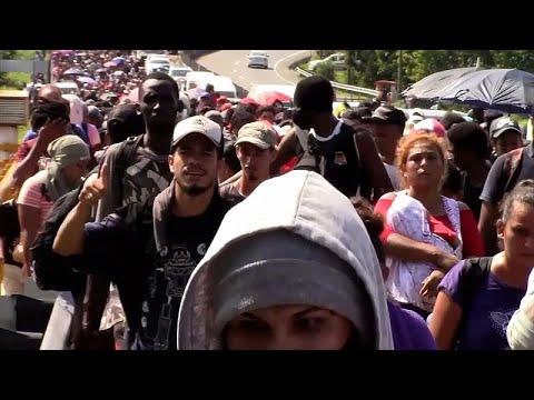 شاهد | نحو ألفي شخص من أميركا الوسطى يهاجرون مشياً باتجاه الولايات المتحدة