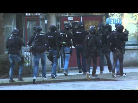 Arrestatieteam doet inval in moskee na overval op winkel Peppelweg Rotterdam