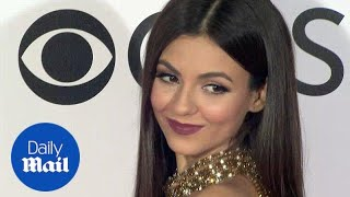 Victoria Justice glitters in gold at the People's Choice Awards - Daily Mail