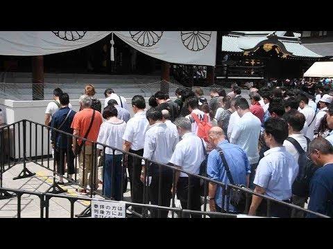 終戦の日 靖国神社で黙とうする人たち