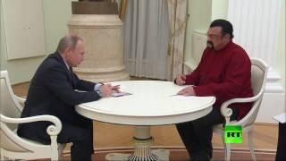 بوتين يسلم ستيفن سيغال جوازه الروسي