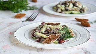 Салат с красной консервированной фасолью и сухариками