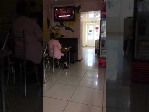 Эксклюзив Диана Шурыгина в кафе  напала на бабушку со своим новым парнем