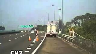 Taiwan bus driver to rescue fire fighting on the highway