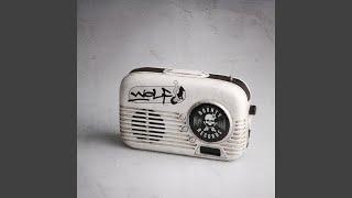 Sie hat nichts weiter als das Radio an