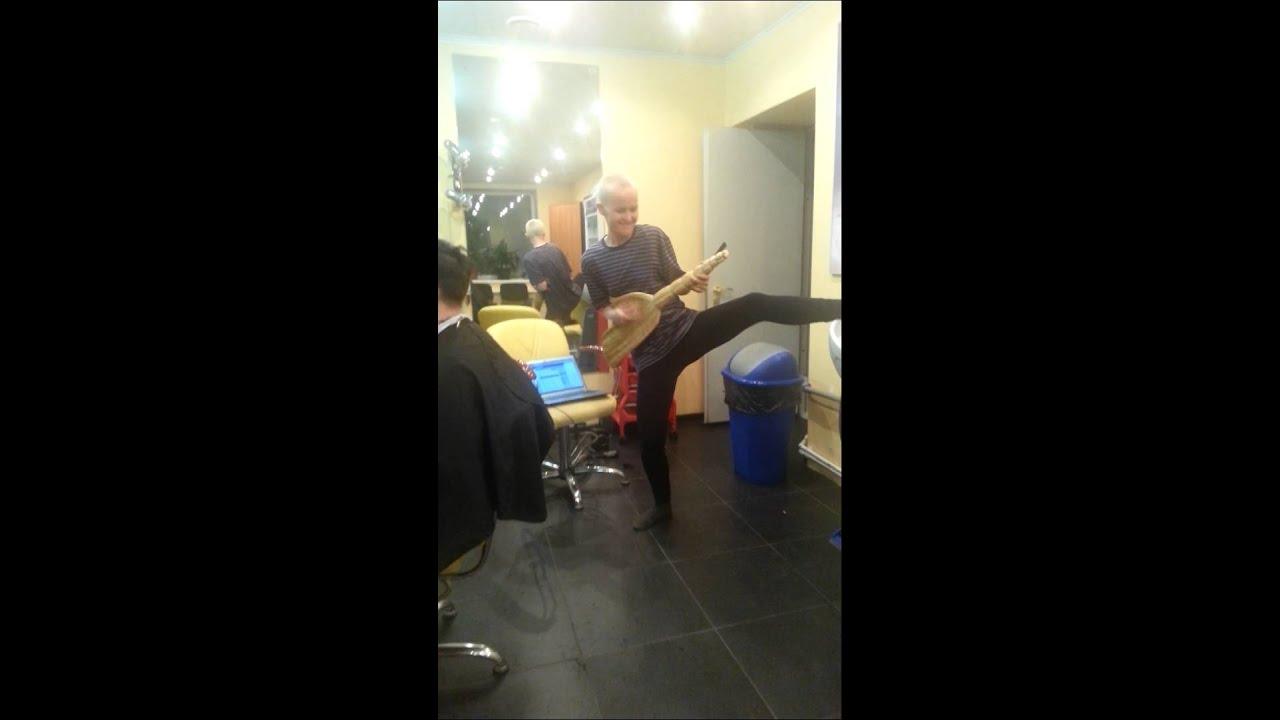 парикмахерша бреет видео