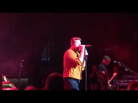 """Brett Eldredge sings """"Love Someone"""" live at the Pacific Amphitheatre"""
