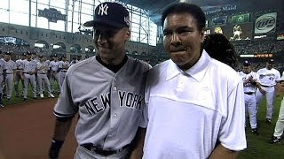 Gambar cover AL@NL: Muhammad Ali helps throw out the first pitch