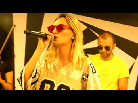 Alexandra Stan feat.  Havana - Ecoute (live on Radio 21)