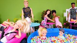 Spielspaß mit Puppen - Eine Überraschungsparty für Barbie - Spielzeugvideo