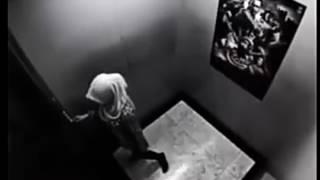 Asansörde tek başına kalan türbanlı kız...