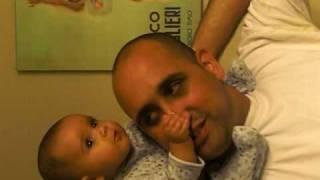 מאיה על הכתפיים של אבא משפריצה