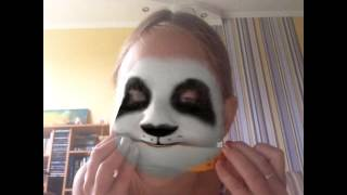 Панда ест дыню