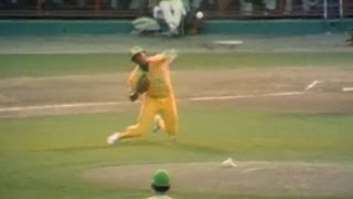 ASG 1975: Blue fields bunt, gets forceout at second
