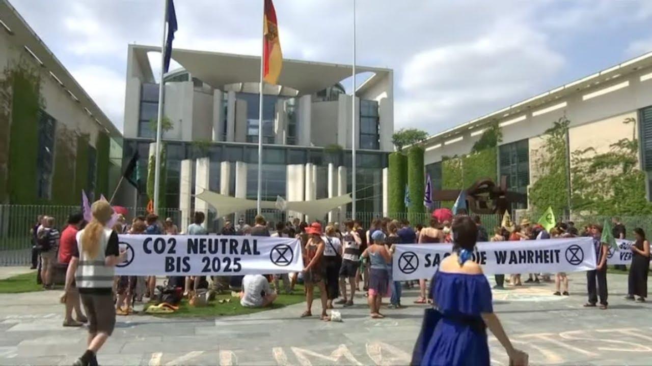 EXTINCTION REBELLION: Klimaaktivisten ketten sich an Zaun des Kanzleramts
