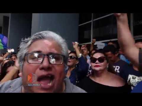 Ciudadanos en las afueras de la Fiscalía en Guayaquil acompañan al ex presidente Rafael Correa