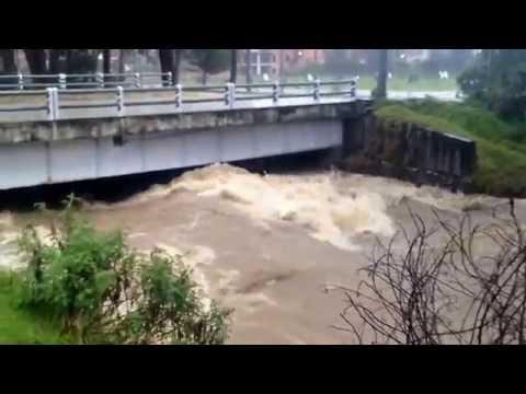 El río Tomebamba se desborda a la altura del puente de Balzay, #Cuenca
