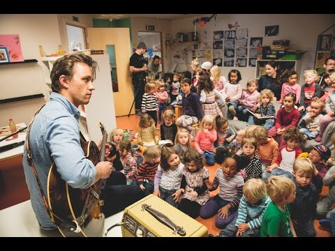 Sondre Lerche plays BAD LAW for kindergarten kids in Oslo