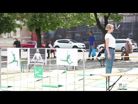 Погляд: У Чернівцях на Соборній площі займалися йогою