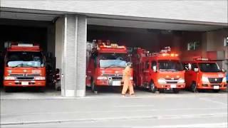 山岳救助事案?に出動する消防車と建物火災事案に出動する速消機能付き指揮調査車 thumbnail