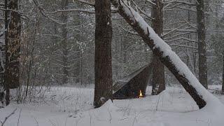 Solo Tarp Camp iฑ a Snowstorm