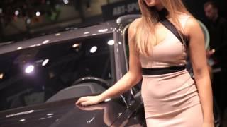 Красивые девушки - брюнетки и блондинки, и красивые авто автосалонов