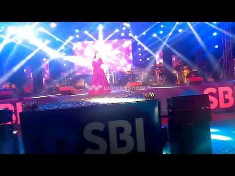 shreya ghosal vs palak muchhal live||singing battle between sreya and palak