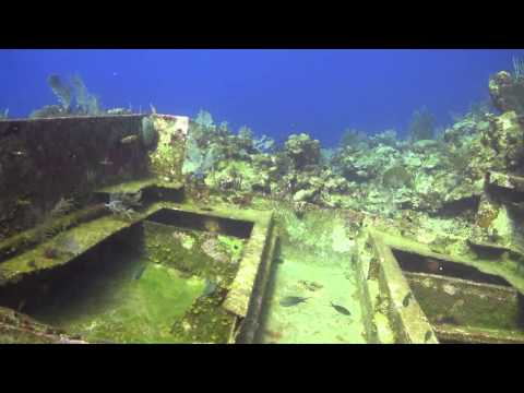 Diving at Hole In The Wall with Roatan Divers