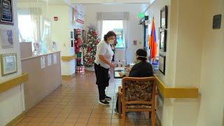 加州疗养机构获新冠疫苗圣诞大礼 居民反应两样情 - YouTube