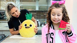 Valentina brinca de transformar frutas em brinquedos