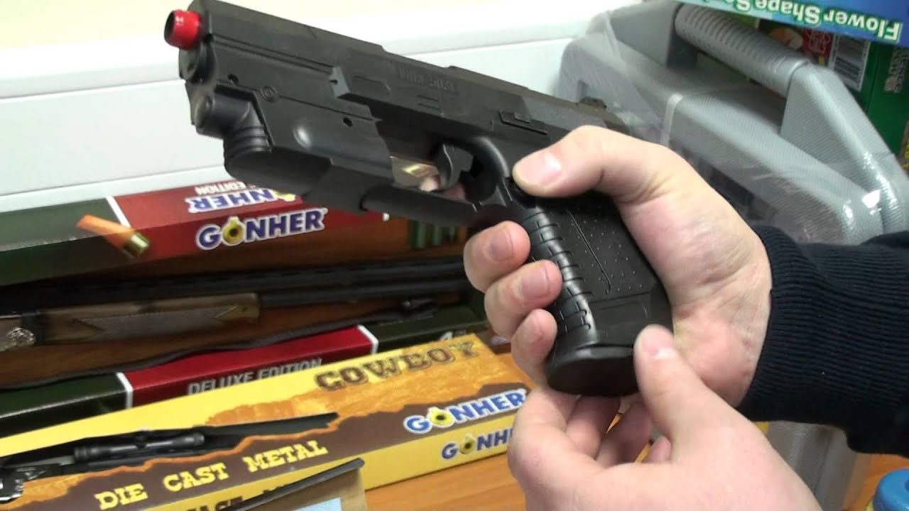 Мальчики играют пистолетом с длинными пульками бластером
