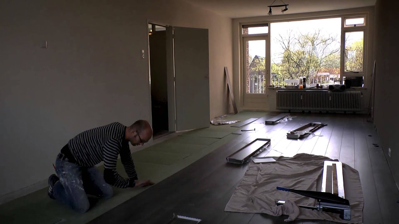 Laminaat leggen in Esther\'s nieuwe woonkamer - YouTube