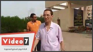 الإعلامى حمدى الكنيسى يدلى بصوته بمقر لجنة الشيخ زايد الثانوية بنين