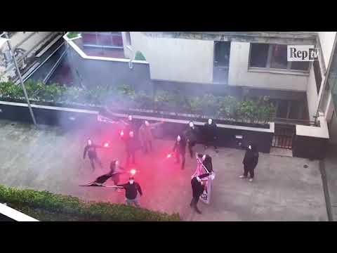 Forza Nuova, intimidazione sotto la sede di Repubblica: militanti lanciano fumogeni