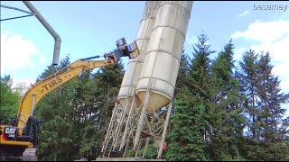 Abbruch - Hochsilo fällt wie ein Baum - Kettenbagger Caterpillar CAT 336E  - Abriss ohne Probleme