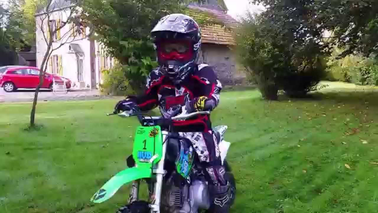 moto cross enfant un saut pour esteban 5 ans avec sa mini moto youtube. Black Bedroom Furniture Sets. Home Design Ideas