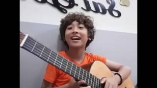 Soái ca Gia Khiêm vừa  đánh ghi ta hát đốn tim các fan :))