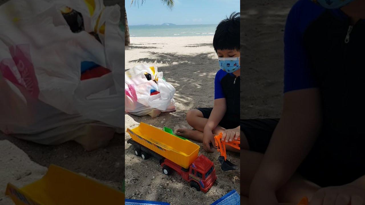 เล่นรถแมคโคร ที่ตักทราย หาดบางแสน | น้องพอร์ช