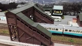 跨線橋のある昭和の町並みを走るキハ45形ディーゼルカー(JR四国色)