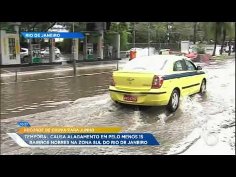 Recorde de chuvas deixa bairros alagados no Rio de Janeiro