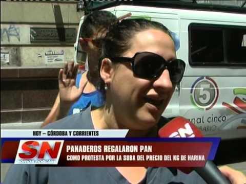 (video) EN ROSARIO REGALAN PAN EN SEÑAL DE PROTESTA POR LA EXORBITANTE SUBA DE HARINA