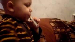 Лёха курит.AVI