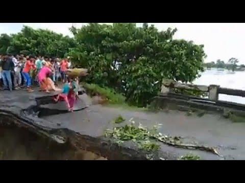 شاهد: فيديو صادم لوفاة أم وطفلتها أثناء انهيار جسر في فيضان بالهند  - نشر قبل 1 ساعة
